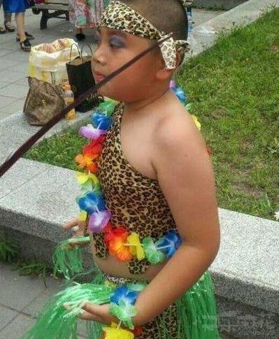 他肯定有个喜欢豹纹的妈妈