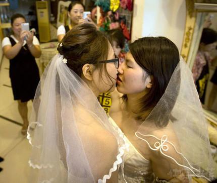 中国一对女同性恋在北京举行婚礼