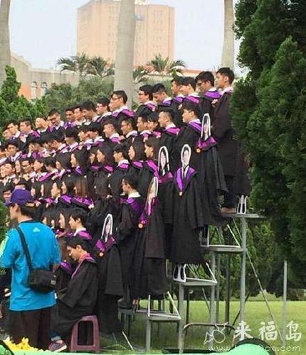 没来拍毕业照的同学都哭了