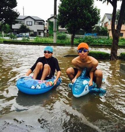 下完雨,咱们去游泳吧?可是人家不会哎,戴泳圈吧!